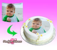 Nous imprimons votre image avec une encre alimentaire sur une feuille de sucre, format A4. Il vous suffira de la découper puis de la coller sur votre gâteau.