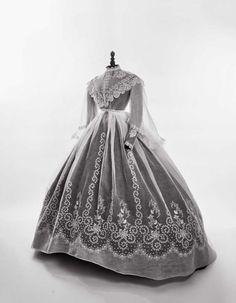 Rare Robe à grande crinoline projetée, pour le vestiaire d'été, 1860-1865…