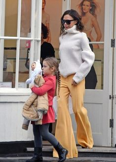 Victoria Beckham Pulls Off This Daring Pant Trend With Ease. - Total Street Style Looks And Fashion Outfit Ideas Victoria Beckham Harper, Harper Beckham, Victoria Beckham Outfits, Victoria Beckham Style, Victoria Beckham Fashion, Love Fashion, Fashion Models, Fashion Outfits, Womens Fashion