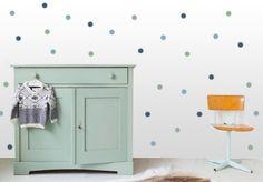 Met deze hippe stippen creëer je in een handomdraai een geheel nieuwe look op  je babykamer. #stippen #muursticker