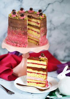Húsvétkor a brutális ünnepi fogások mellett előtérbe kerülnek a villantós desszertek is. Most hoztunk egy gyönyörű málnás-csokis torta receptet, amit nem árt lementenetek, mert mindenkit le tudtok vele nyűgözni, ha elkészítitek.