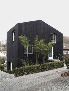 Diese 2 Minihäuser sind Beispiel für kostengünstige Nachverdichtung, unkonventionelle Fertigbauweise & alternatives Bauen für Singles und kleine Familien.