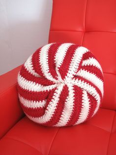 giant peppermint swirl candy pillow - crochet pattern by ilene Crochet Doily Rug, Crochet Quilt, Crochet Cushions, Crochet Pillow, Crochet Home, Crochet Crafts, Yarn Crafts, Crochet Projects, Sewing Crafts