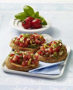 Unser beliebtes Rezept für Bruschetta mit Tomaten-Oliven-Püree und mehr als 55.000 weitere kostenlose Rezepte auf LECKER.de. Bruchetta, Tapas, Crostini, Veggie Recipes, Yummy Recipes, Vegan, Baked Potato, Veggies, Yummy Food