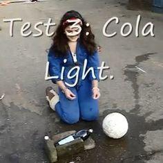 Test 3; Cola Light. Kun je door mentos in cola te doen een bal in een doel schieten?