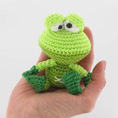 gratis free:Лягушонок крючком: схема игрушки амигуруми Оригинальную схему вязания лягушонка придумала голландская мастерица Christel Krukkert.