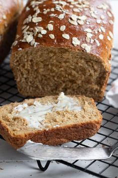 A delicious oatmeal bread, flavoured with a touch of molasses, for a hearty loaf, perfect for toast, sandwiches or just eating out of hand.