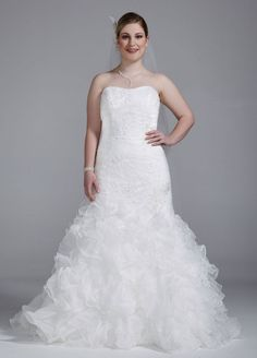 Tulle Sample: Wedding Dress with Lace Appliques and Ruffled Skirt - Soft White, 24W