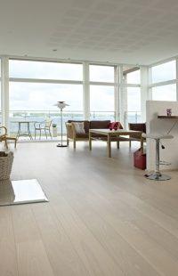 Parkett :: Ask Naturale, hvitmattlakket Gulvnett. Future House, Dining Bench, Flooring, Living Room, Cool Stuff, Architecture, Stove, Interior, Room Ideas