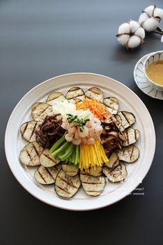 손님초대요리로 좋아요~ 가지편채 만드는 법 친정 아버지가 유난히 좋아하셨던 가지요리...가지편채 잡채만... Spicy Recipes, Asian Recipes, Cooking Recipes, Healthy Recipes, Ethnic Recipes, K Food, Vegan Appetizers, Daily Meals, Korean Food