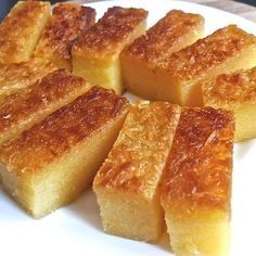 Cassava Cake is a classic Filipino dessert made from grated cassava (manioc). Cassava is also known as kamoteng kahoy and balinghoy in the Philipinische Desserts, Filipino Desserts, Asian Desserts, Dessert Recipes, Plated Desserts, Gourmet Recipes, Sweet Recipes, Tapioca Cake, Comida Filipina