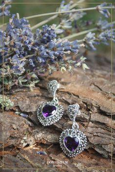 Was für ein Statement! Diese aufmerksamkeitserregende Ohrringe in Silber sind mit Markasiten besetzt und bringen ein bisschen Romantik in Ihr Trachtenoutfit. Charmed, Bracelets, Jewelry, Fashion, Ear Jewelry, Stud Earring, Heart, Ear Piercings, Stones