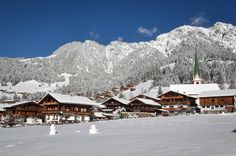 Hiking in Alpbach, in the hiking area on the Wiedersbergerhorn - Alps of Kitzbühel! Welcome to the family hiking area Alpbach. Alpine Village, Mountain Village, Winter Mountain, Ski Touring, Hill Station, Real Estate Houses, Beautiful Places To Visit, Alps, Skiing