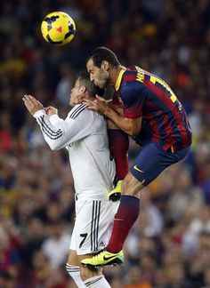 GRA332. BARCELONA, 26/10/2013.- El centrocampista argentino del F.C. Barcelona Javier Mascherano (d) lucha un balón con el delantero portugu...