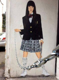 On se souvient de la cruelle Gogo Yubari (Chiaki Kuriyama), la lycéenne Yakuza dans le premier volume du film Kill Bill de Quentin Tarantino. Le street artist JPS vient de réaliser cet astucieux pochoir utilisant la vraie chaine en fer d'un mur situé à Weston-super-Mare, une ville côtière dans le sud-ouest de l'Angleterre. Brillant !