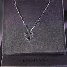 Collana Damiani con pendente a forma di cuore in oro bianco e diamanti proveniente dalla collezione Mini Simboli. Prezzo da outlet, gioielleria Orolive