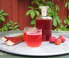 Nonnas jordgubbs- och rabarbersaft är en himmelskt god och lättlagad saft. Saften får sin ljuva smak av jordgubbar och finhackade rabarber. Saften bör förvaras svalt i glasflaskor.