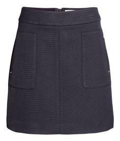 ¡Echa un vistazo! Falda corta de tela con cremallera visible en la parte posterior. Sin forrar. – Visita hm.com para ver más.