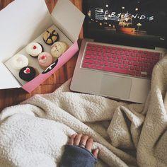 snowy night = netflix & cupcakes sounds like a perfect birthday night! Hygge, Chill Pill, Chill Mood, Netflix And Chill, Just Girly Things, Lazy Days, Lazy Sunday, Sunday Night, Just Relax