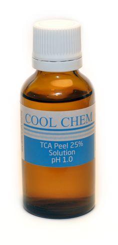 """Trichlosessigsäurepeeling 15% (TCA Peeling) 30ml:  Es gibt drei Stärken des TCA Peelings: Leicht, Mittel und Stark. Die 25%-50% Lösungen Trichloressigsäure wirken effektiver und benötigen in der Regel weniger Zeit. Die leichtere 10-15% Stärke TCA Peel Lösung arbeitet nur an den äußeren Schichten der Haut und wird oft als """"Essenszeitpeeling"""" bezeichnet, aufgrund der Tatsache, dass es wenig Heilungszeit benötigt. Die mittlere 25%-35% Stärke TCA dringt tiefer und kann Falten und kleine Narben…"""