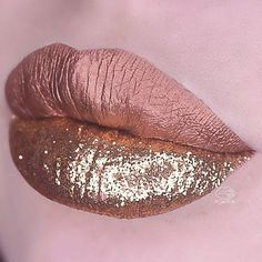 LANA metallic Velvetine looks gorge topped with gold glitter! ✨ Pick up our bronze Velvetine on limecrime.com, link in bio! Lip look by @sara_mua_