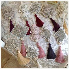 Sachets dentelle ... Lavande pour armoire... Lavender Crafts, Lavender Bags, Lavender Sachets, Craft Gifts, Diy Gifts, Shabby Chic Embellishments, Sachet Bags, Scented Sachets, Decoupage Vintage