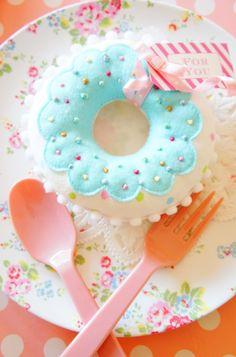 Felt Crafts Patterns, Felt Crafts Diy, Foam Crafts, Crafts For Kids, Felt Cake, Felt Cupcakes, Felt Doll House, Felt Bookmark, Felt Play Food