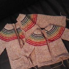 Et voilà ... Maintenant au bain ... Pour des photos demain ... Et ça part mardi ;-) Le grand est pour un swap ... Le petit pour un cadeau de Noël ;-) ... Pour 2 personnes différentes ;-) #tricot #knitting #giket #arcenciel #dererumnatura #ulysse #swapdenoël #cadeaudenoël by manael_creation