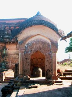 Kalinjar- lingam shrine.jpg
