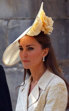 Kate Middleton fascinators: She may have recycled the outfit she wore to Zara Phillips and Mike Tindall's 2011 wedding, but Kate freshened up the ensemble by debuting an enormous structural headpiece designed by British milliner Gina Foster. Kate Middleton Outfits, Moda Kate Middleton, Fascinator Hats, Fascinators, Headpieces, Zara Phillips Wedding, Herzogin Von Cambridge, Princesa Kate, Crazy Hats