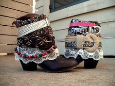 Used old cowboy boots, belts, lace, and other embellishments. Bohemian Boots, Boho Gypsy, Bohemian Style, Old Cowboy Boots, Boot Bling, Hippie Bags, Eclectic Style, Vintage Bohemian, Costume Accessories