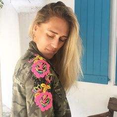 "3,059 Me gusta, 105 comentarios - Virginia Demaria (@virginiademariaoficial) en Instagram: ""Manga 1 terminada! 🤘🏻 vamos por la otra #bordado #embroidery #chaquetabordada #embroideryjacket"" Boho, Camo Gear, Embroidered Clothes, Beaded Embroidery, Knit Dress, Sewing Patterns, Stitch, Knitting, Crochet"