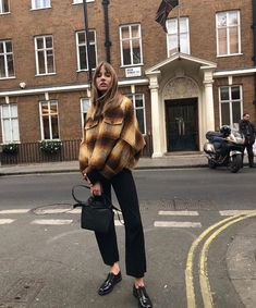 We all know and love Zara for its affordable basics and unique outfit styling inspiration. I finally managed to visit Zara sale and grab some great pieces. New York Street Style, Looks Street Style, Looks Style, Boho Fashion, Fashion Outfits, Fashion Trends, Fashion 2018, Pinterest Mode, Black Women Fashion