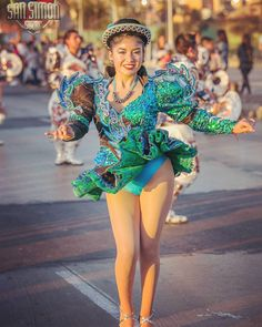 Carnival Girl, Costumes Around The World, Beautiful Latina, Carnivals, Carnival Costumes, I Love Girls, Nice Legs, Girl Dancing, Bolivia
