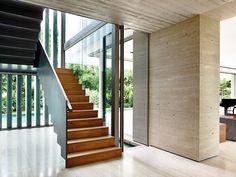 La escalera, de apariencia liviana y flotante, está compuesta por una baranda metálica y escalones de lámina de acero doblada recubierta con madera teca.
