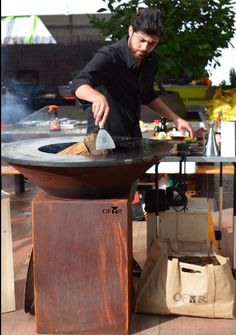 Le chef Pablo Naranjo cuisine sur le braséro plancha Ofyr. Outdoor Food, Outdoor Life, Outdoor Living, Bbq Grill, Grilling, Oil Drum Bbq, Pizza Station, Plancha Grill, Bbq Rub