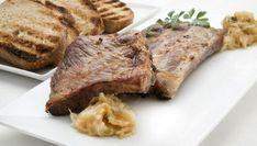 Karlos Arguiñano prepara un plato de costillas de cerdo asadas en la parrilla acompañadas de cebolletas caramelizadas al tomillo y rebanadas de pan tostado.
