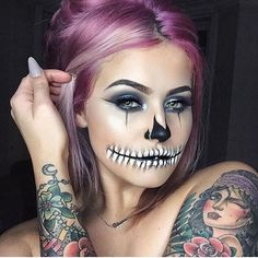 No costume? No problem. These Halloween makeup ideas are all you need to pull off the ultimate last-minute costume Costume Halloween, Maske Halloween, Halloween Karneval, Cool Halloween Makeup, Halloween Inspo, Last Minute Halloween Costumes, Halloween Looks, Halloween Halloween, Face Paint For Halloween
