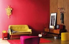 Bold living room. I love it, but I could done without the vintage (!) phone.