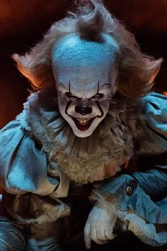 Going as Pennywise the Dancing Clown from It for Halloween? The makeup artist from the film breaks down how to do the makeup. Scary Clown Makeup, Creepy Clown, Halloween Makeup, Halloween Costumes, African American Makeup, African American History, Halloween Photos, Vintage Halloween, Halloween Fun