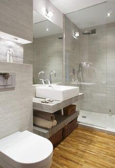 salle de bains avec carrelage mural et de sol d'aspect bois et pierre