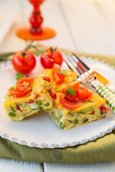 This Slow Cooker Vegetable Omelette is perfect for a weekend brunch! #slowcookereggs #crockpotomelette
