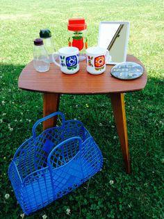 Petite table esprit scandinave / Tasses Mobil / Pot Henkel / sucriers Bakélite / Miroir plastique / Cadre verre bombé / Panier Monsac