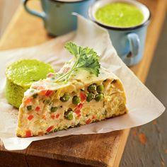 Diese vegetarische Terrine enthält viel buntes Gemüse, frische Kräuter und natürlich Eier und Sahne drumherum.