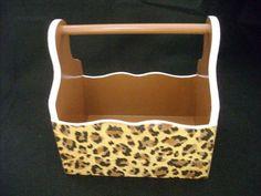 Caixa em madeira pintada e com colagem externa, sugerida para guardar esmaltes, mas vc pode fazer o uso que desejar.