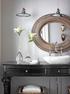 Décoration avec fleurs et miroir