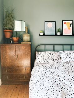 Bedroom Green, Room Ideas Bedroom, Home Bedroom, Modern Bedroom, Earthy Bedroom, Spare Bedroom Paint Ideas, Modern Vintage Bedrooms, Green Bedroom Design, Green Bedrooms
