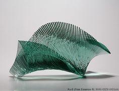 Mouvement aérien du verre apprivoisé La créativité de l'artiste Ikuta Niyoko (1953) s'écoule librement dans des vagues de coupes de verre en spirale. Considérée comme l'une des figures de proue de l'art du verre japonais de sa génération, Ikuta exécute...