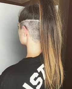 Theres a whole lot of shaved hairstyles for women. These haircuts owe their popularity to the sexy and trendy look they provide to the wearer. - October 26 2019 at Undercut Hairstyles Women, Undercut Women, Protective Hairstyles, Shaved Hairstyles, Shaved Undercut, Short Hair Undercut, Shaved Nape, Shaved Hair Women, Light Curls