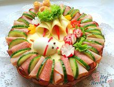 Pro maminku k narozeninám jsem dělala tento slaný dort. Už jsem takové chuťovky dělala mnohokrát na různé způsoby. Je to úplně jednoduché, stačí si připravit pomazánky, koupit toustový chléb, šunku, salám, zeleninu a postačí vám trošku vaší kreativity a chutné dílo je na světě. Vegetable Decoration, Appetizer Recipes, Appetizers, Dessert Platter, Food Platters, Party Snacks, Creative Food, Food Art, Food And Drink